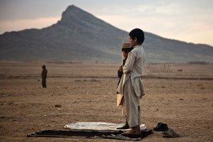 muslim-boys-praying-outdoors-mountain